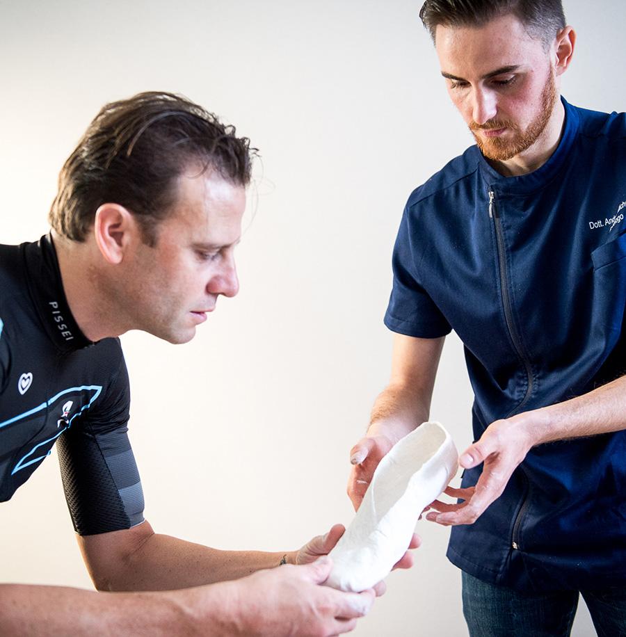 Michelotti Podologo ortesiologia plantare con il metodo in shoe casting con il ciclista Alessandro Petacchi